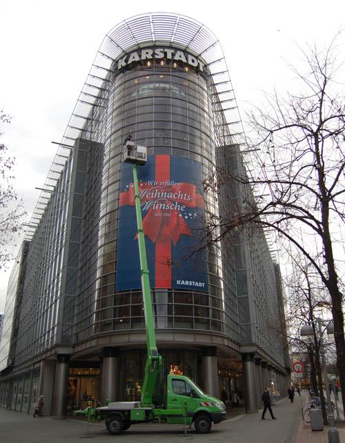 Postermontage einer Hubarbeitsbühne bei Karstadt in Hannover