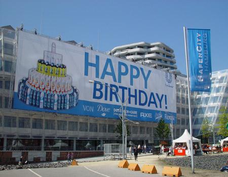 Ein 800qm großer Geburtstagsgruß am Unilever Gebäude in Hamburg